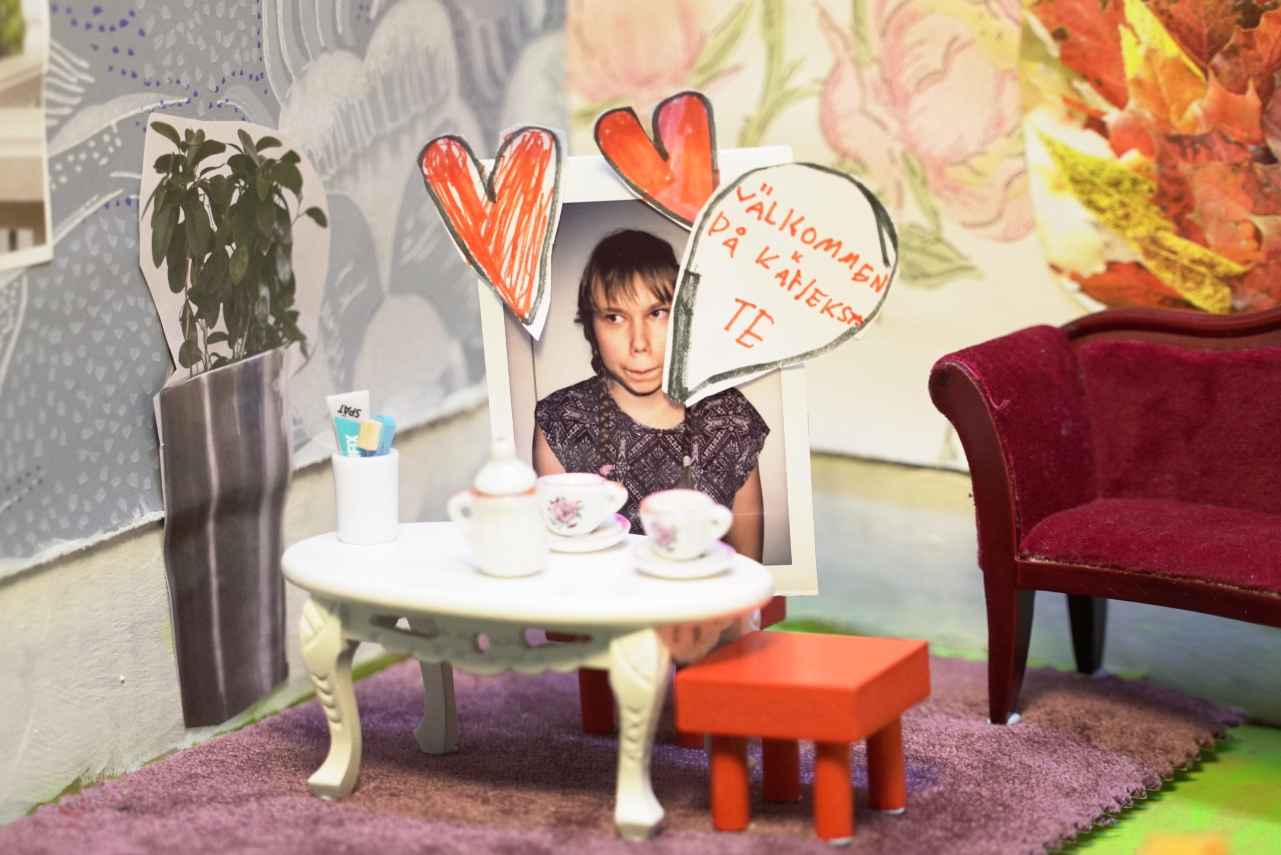 Animaatioelokuva, jonka kohtauksessa nainen istuu kahvipöydän ääressä.
