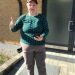 Tiina kotinsa edustalla lähdössä Pokemon Go -kävelylle lähiympäristöön