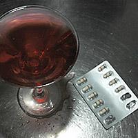 Alkoholiannos ja lääkkeitä.