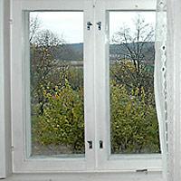 Ikkuna, josta näkyy kaunis maalaismaisema.