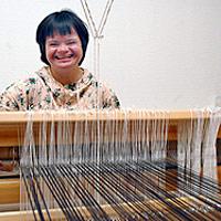Hymyilevä nainen työskentelee.