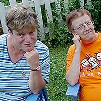Kaksi naista pihamaalla.