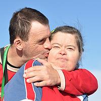 Mies ja nainen halaavat.