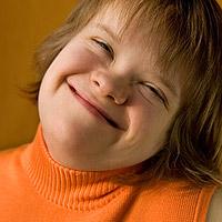 Hymyilevän tytön kasvot.