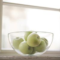Kulho, jossa on omenoita.