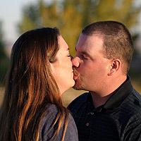 Mies ja nainen suutelevat.