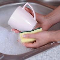 Tiskaamassa astioita.