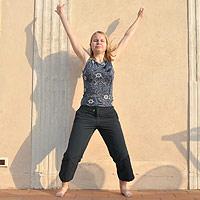 Nuori nainen voimistelee