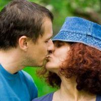 suuteleva pariskunta