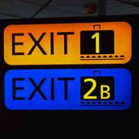 Opasteet ohjaavat matkustajat oikeaan matkatavara-aulaan.
