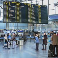 Lähtöaulan valotaululla on lähtevien lentojen tiedot. Kuva: Finavia