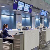 Lähtöselvityksessä tarkastetaan matkustajan henkilöllisyys ja valitaan lentokoneen istumapaikka. Kuva: Finavia.
