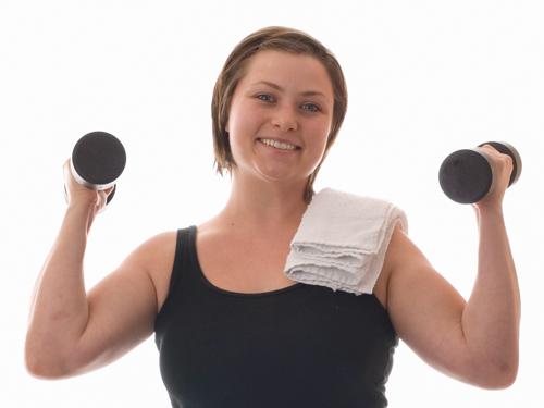 Nainen nostaa painoja
