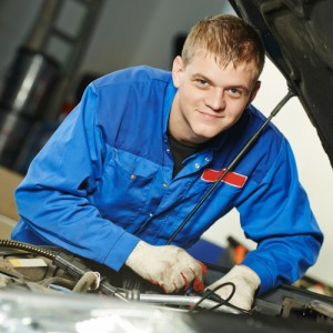 Automekaanikko korjaa autoa.