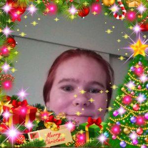 Nainen hymyilee. Kuvassa hauskat joulukehykset.