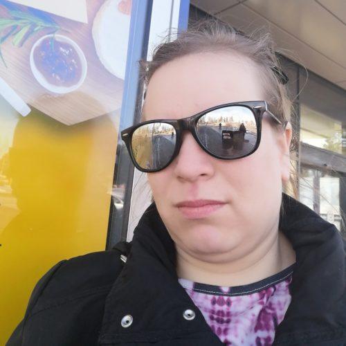 Kuva kauniista naisesta aurinkolasit päässä.