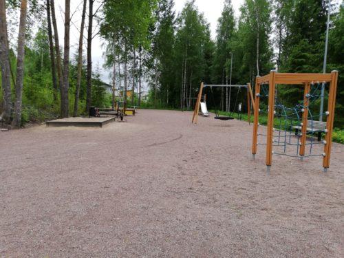 Leikkipuisto, jossa keinu ja kiipeilyteline.
