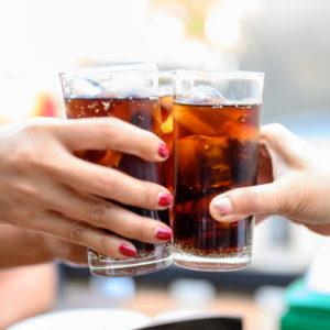 Naiset kippistävät alkoholijuomilla.