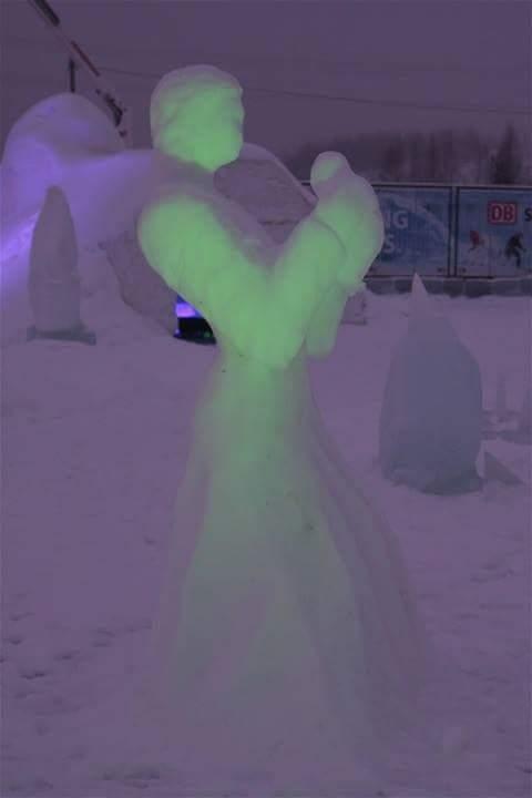 Lumesta tehty enkelipatsas.