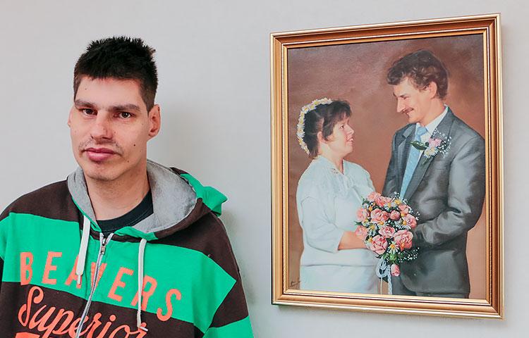 Vuodet vierivät. Kuvassa Teemu ja hänen vanhempiensa hääkuva 80-luvulta