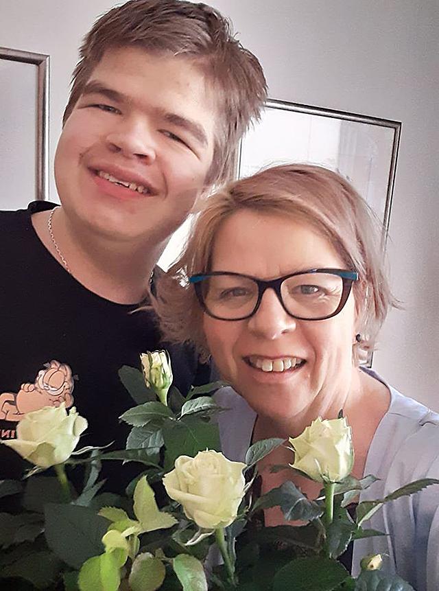 Kuvassa Uuno ja hänen äitinsä Satu kukkia kädessään.