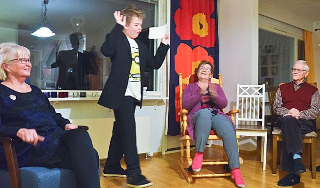 Uuno järjestää usein juhlia, joissa hän toimii juontaja Antti Holmana. Ystävät ovat tuomareita.
