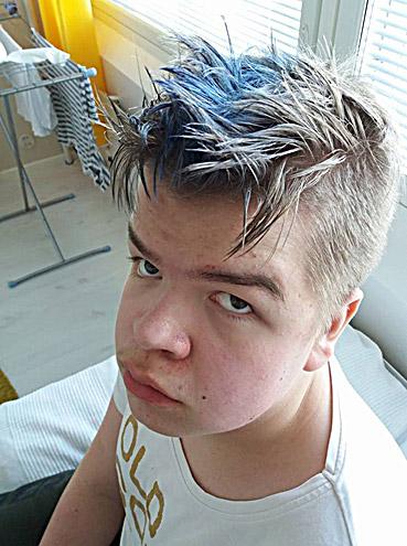 Uuno siniset raidat hiuksissaan