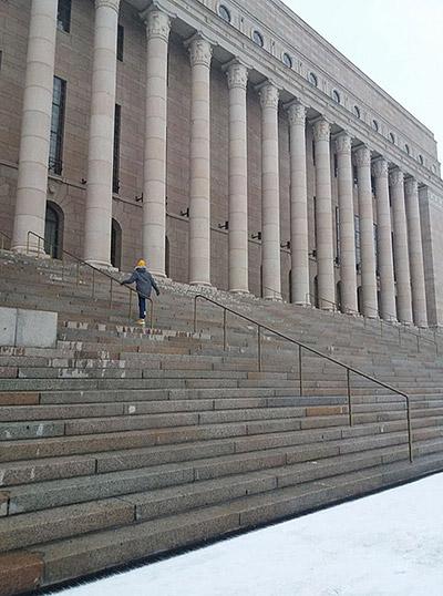 Uuno kiipeää eduskuntatalon portaita