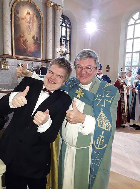 Uuno avusti Turun piispaa Kaarlo Kallialaa ehtoollisenjaossa marraskuussa piispanvihkimysmessussa Oulussa.