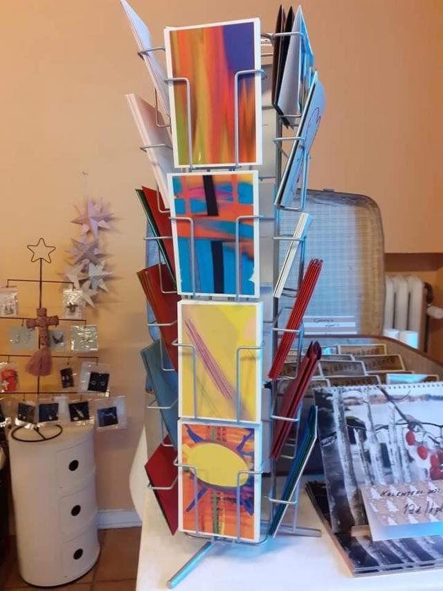 Uunon tekemiä taidekortteja kaupassa myynnissä