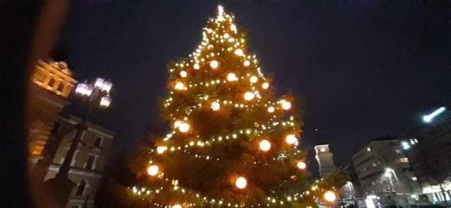 Joulukuusi valoissaan Oulun kaupungintalon edustalla