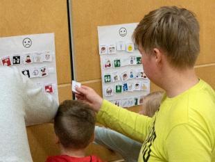 Kuva - Kuvassa Lapsi ilmaisee tukikuvilla, mitä hän haluaa