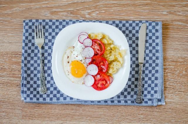 tässä kuvassa on lautanen, jolla on ruokaa