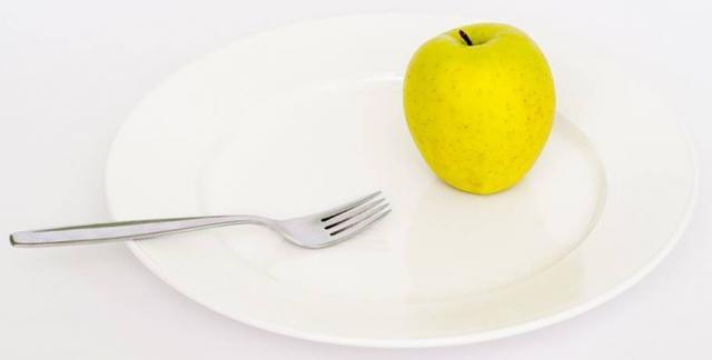 Tässä kuvassa on omena ja lautanen