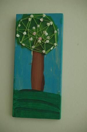 Ehkä kaikista nerokkain toteutus. Lapsi on saanut tehdä itse ja silti aivan design-juttu seinälle.