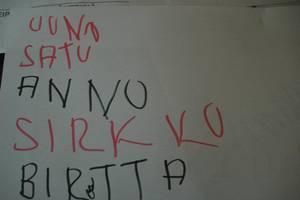 uuno on kirjoittanut ihmisten nimiä paperille.